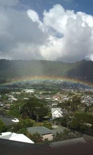 低くかかる虹